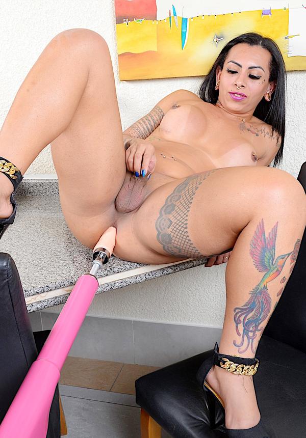 Sexy tranny babe Isabelly Ferreira rides a fucking machine